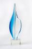 """Szklana, stylizowana na """"stalówkę"""" pióra statuetka"""